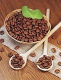 Gebratene Kaffeebohnen im Weidenkorb Stockfoto