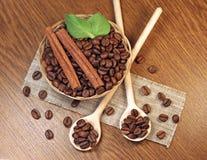 Gebratene Kaffeebohnen im Weidenkorb Lizenzfreie Stockbilder