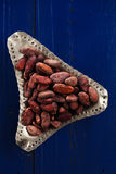Gebratene Kakaoschokoladenbohnen auf dunkelblauem Holz stockfotos