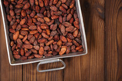 Gebratene Kakaoschokoladenbohnen im schweren Gussaluminium der Weinlese Roa Stockfotografie
