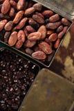 Gebratene Kakaoschokoladenbohnen im schweren Gussaluminium der Weinlese Roa Stockfoto