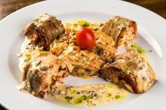Gebratene Kaninchen-Roulade mit Karotte und Tomate Stockfotos