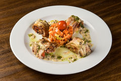 Gebratene Kaninchen-Roulade mit Karotte und Tomate lizenzfreie stockfotografie