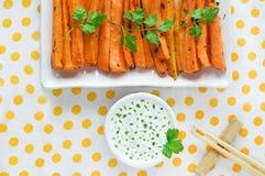 Gebratene Karotten auf einer Platte, Lebensmittel mit Soße Lizenzfreies Stockbild
