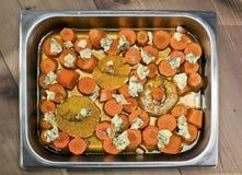 Gebratene Karotten mit Orange, Knoblauch und Thymian Stockfotografie