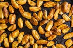 Gebratene Kartoffel auf einem Backblech Stockfotos
