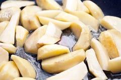 Gebratene Kartoffel auf einer Bratpfanne Lizenzfreie Stockfotografie