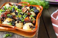 Gebratene Kartoffel mit Pilzen und Kräutern stockfotografie