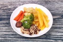 Gebratene Kartoffel und Shimeji-Pilz mit Mischgemüse Stockbild