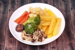 Gebratene Kartoffel und Shimeji-Pilz mit Mischgemüse Lizenzfreie Stockfotografie