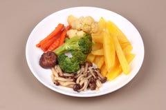 Gebratene Kartoffel und Shimeji-Pilz mit Mischgemüse Stockfoto