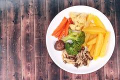 Gebratene Kartoffel und Shimeji-Pilz mit Mischgemüse Stockfotos