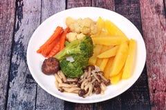 Gebratene Kartoffel und Shimeji-Pilz mit Mischgemüse Lizenzfreie Stockbilder
