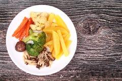 Gebratene Kartoffel und Shimeji-Pilz mit Mischgemüse Stockbilder