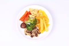Gebratene Kartoffel und Shimeji-Pilz mit Mischgemüse Stockfotografie