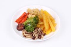 Gebratene Kartoffel und Shimeji-Pilz mit Mischgemüse Lizenzfreie Stockfotos