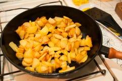Gebratene Kartoffeln auf schwarzer Bratpfanne stockbild