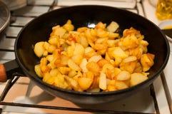 Gebratene Kartoffeln auf schwarzer Bratpfanne stockfotografie