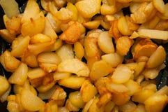 Gebratene Kartoffeln auf schwarzer Bratpfanne lizenzfreie stockfotos