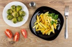 Gebratene Kartoffeln in der Platte, in Rosenkohl, Pfeffer, Tomaten und Lizenzfreie Stockbilder