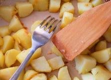 Gebratene Kartoffeln in einer Bratpfanne lizenzfreie stockfotos