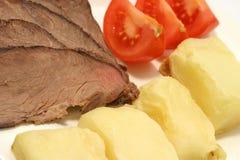 Gebratene Kartoffeln mit Fleisch und Tomate Stockbilder