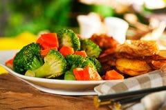 Gebratene Kartoffeln mit Gemüse und Huhn Lizenzfreie Stockfotos