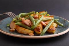 Gebratene Kartoffeln mit grünen Bohnen Stockfoto