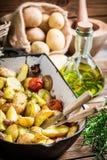 Gebratene Kartoffeln mit Kräutern Stockfotos