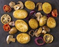 Gebratene Kartoffeln mit Pilzen in der Wanne die Ansicht von der Spitze Stockfotografie