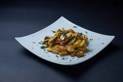 Gebratene Kartoffeln mit Pilzen und Dill Lizenzfreie Stockfotos