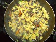Gebratene Kartoffeln mit Pilzen Zwiebel und Dill in einer Bratpfanne stockfotos