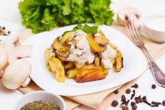 Gebratene Kartoffeln mit Soße von Pilzen Lizenzfreie Stockfotos