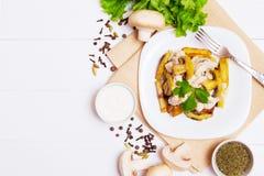 Gebratene Kartoffeln mit Soße von Pilzen Stockfotos
