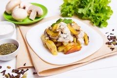 Gebratene Kartoffeln mit Soße von Pilzen Lizenzfreie Stockbilder