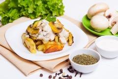Gebratene Kartoffeln mit Soße von Pilzen Stockfoto