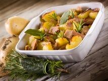 Gebratene Kartoffeln mit Thunfisch Stockfotografie