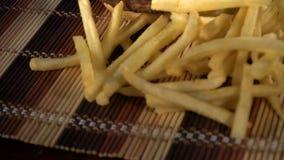 Gebratene Kartoffeln und ein großer Burger sind an Bord stock video