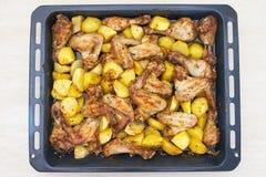 Gebratene Kartoffeln und Huhn Stockfotos