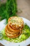 Gebratene Kartoffelpfannkuchen mit Käse Lizenzfreies Stockbild