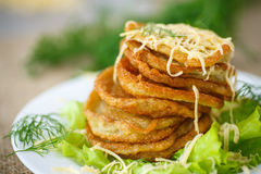Gebratene Kartoffelpfannkuchen mit Käse Lizenzfreie Stockbilder