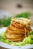 Gebratene Kartoffelpfannkuchen mit Käse Lizenzfreie Stockfotos