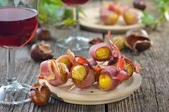 Gebratene Kastanien mit Speck und Wein Stockfotos