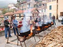 Gebratene Kastanien während eines Dorffestivals Stockfotografie