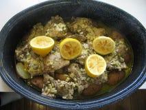 Gebratene Knoblauch-Zitronen-knochenlose Hühnerschenkel mit den Kartoffeln gekocht in einem crockpot lizenzfreies stockbild