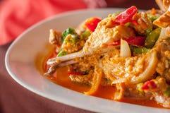 Gebratene Krabbe mit Curry-Pulver stockfotos