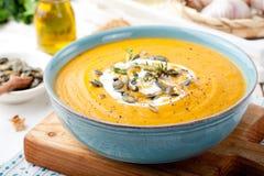 Gebratene Kürbis- und Karottensuppe mit Sahne Stockbild