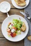 Gebratene Lachse im Salat stockbild