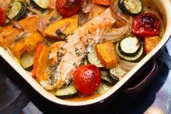 Gebratene Lachse, Kürbis und Gemüse Stockfoto