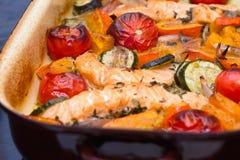 Gebratene Lachse, Kürbis und Gemüse Stockfotos